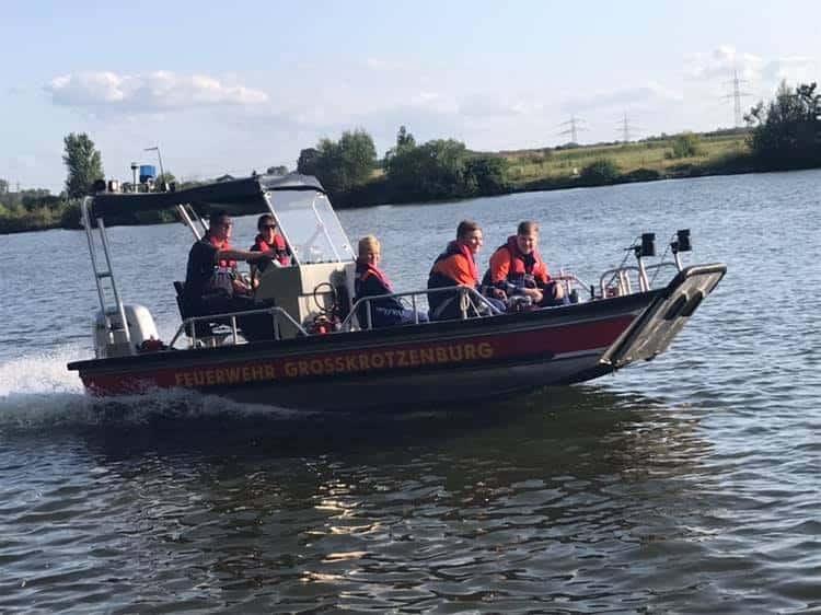 Jugendfeuerwehr auf dem Rettungsboot