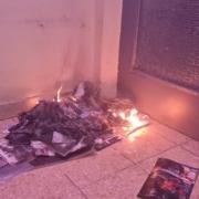 Brennender Zeitungsstapel vor Wohnungstür