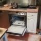 Küche mit Backofen, der mit Pulveröscher gelöscht wurde.